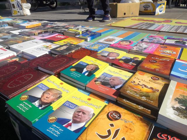 テヘラン北部のバザールにある路上書店で売られている、トランプ米大統領が執筆した書籍=14日、杉崎慎弥撮影
