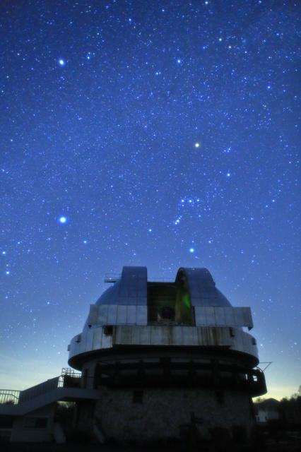 105センチシュミット望遠鏡のドームと冬の星座たち=2019年2月23日、長野県木曽町、大西浩次さん撮影
