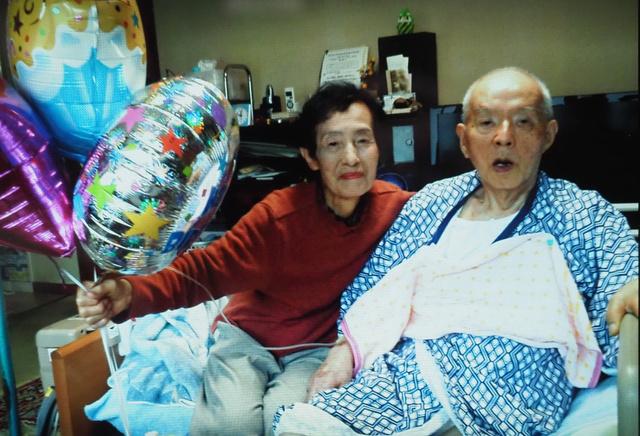 生前の小山英さん(右)。食事は、清子さんに頼り切りだった(小山清子さん提供)
