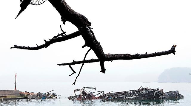 東日本大震災の被災地をとらえた写真集『ATOKATA』(2011年)から