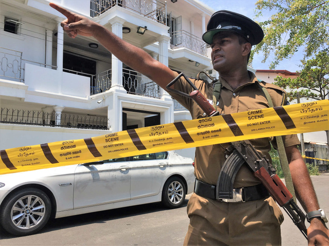 スリランカ連続爆破テロで自爆したとされる兄弟の実家。3階建てで、路上には高級外車が止まっていた=2019年4月24日、コロンボ郊外、乗京真知撮影