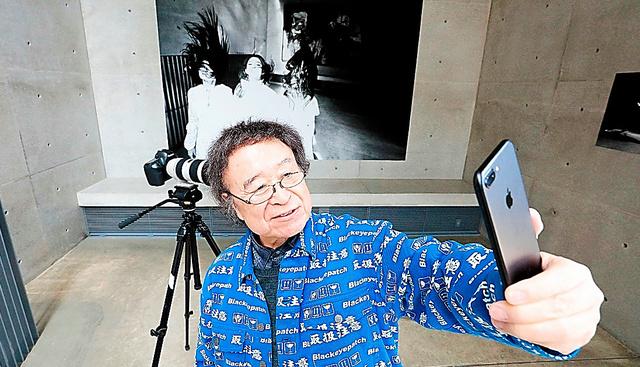 美術館で撮った3人の姿をその美術館で展示し、スマホでパチリ=2019年3月