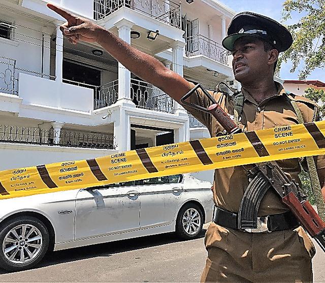 スリランカ連続爆破テロで自爆したとされる兄弟の実家。3階建てで、路上には高級外車が止まっていた=24日、コロンボ郊外、乗京真知撮影