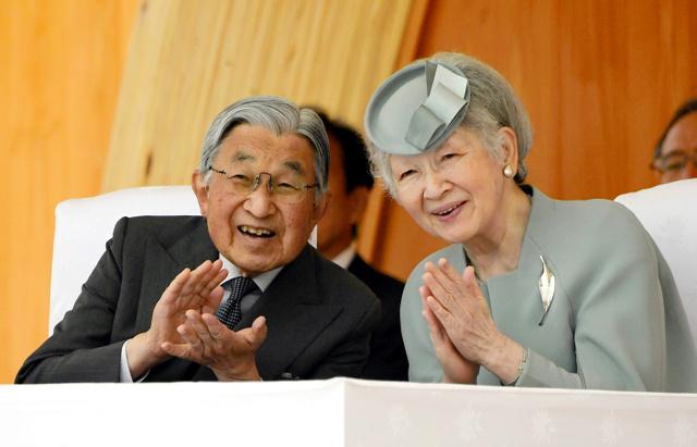 全国植樹祭に出席し、天皇陛下とともに笑顔で拍手をする皇后さま=2018年6月、福島県南相馬市