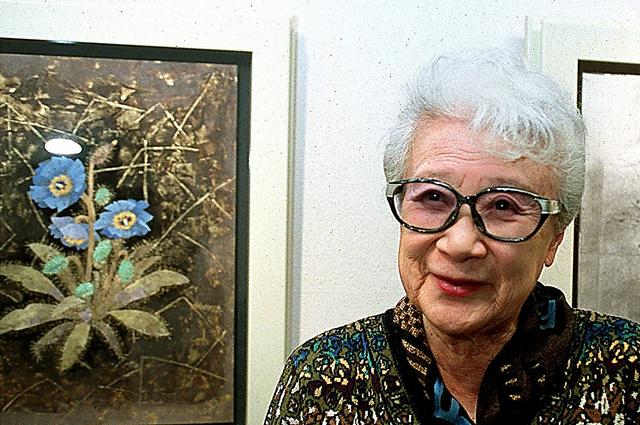 82歳のとき、自作の前で生と死について語る堀文子さん=2001年、東京・銀座のナカジマアート