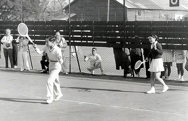 ペアでテニスを楽しむ結婚前の天皇陛下と皇后さま=1958年12月、東京都内