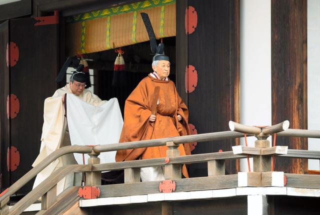 「退位礼当日賢所大前の儀」を終えた天皇陛下=2019年4月30日午前10時11分、皇居・賢所、代表撮影