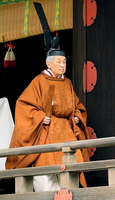 「退位礼当日賢所大前の儀」を終えた天皇陛下=30日午前10時11分、皇居・賢所、代表撮影