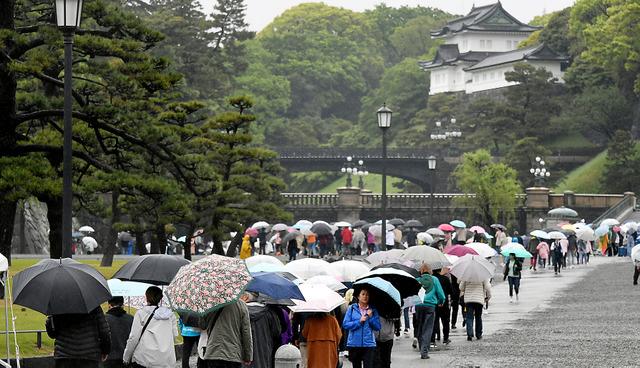 平成最後の朝を迎えた皇居前には、大勢の観光客が訪れていた=30日午前8時52分、角野貴之撮影