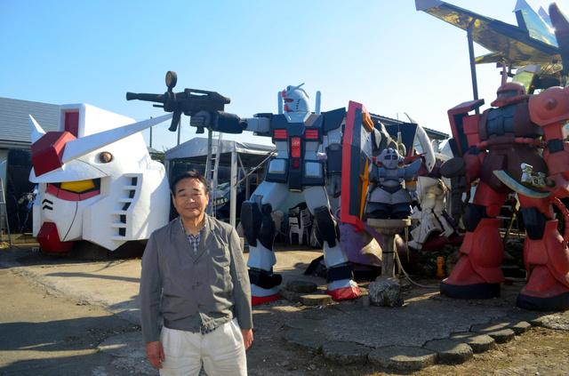 ガンダムなどの立像を製作した鈴木敏美さん=青森県おいらせ町
