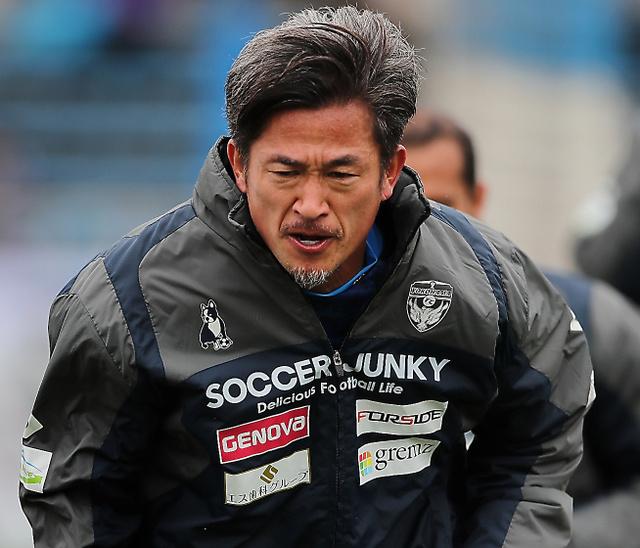 3月23日の岐阜戦で約2年ぶりに先発となり、ウォーミングアップする横浜FCの三浦知良=関田航撮影