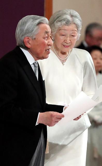 「退位礼正殿の儀」でおことばを述べる天皇陛下