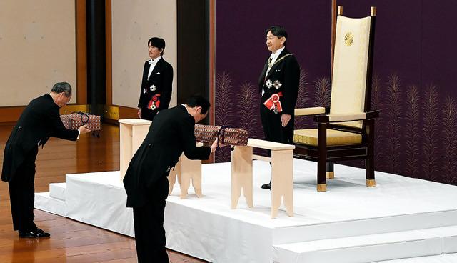 「剣璽等承継の儀」に臨む天皇陛下と、皇嗣となった秋篠宮さま。手前は「三種の神器」の剣と璽を台上に置く侍従=1日午前10時32分、皇居・宮殿「松の間」、代表撮影
