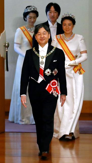 即位後朝見の儀に臨む天皇陛下と、皇后さま、秋篠宮ご夫妻=1日午前11時12分、いずれも皇居・宮殿「松の間」、代表撮影