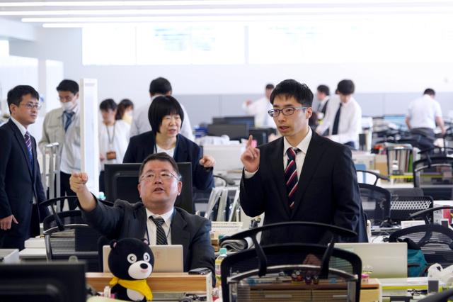 町役場が業務を再開し、慌ただしく働く職員たち=2019年5月7日午前8時4分、福島県大熊町、小玉重隆撮影