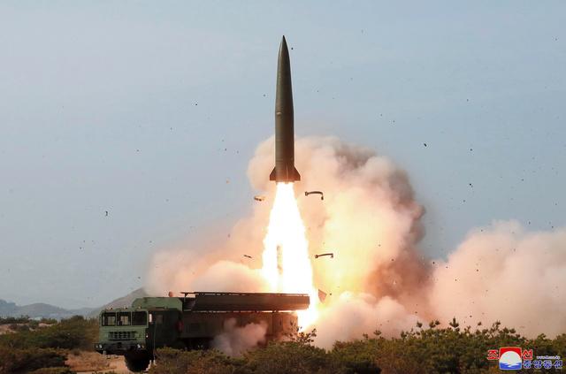 北朝鮮で4日に行われた火力攻撃訓練。大口径長距離ロケット砲や戦術誘導兵器の発射が行われた。朝鮮中央通信が配信=朝鮮通信。日韓の軍事専門家は弾道ミサイルも発射されたとの見方を示している