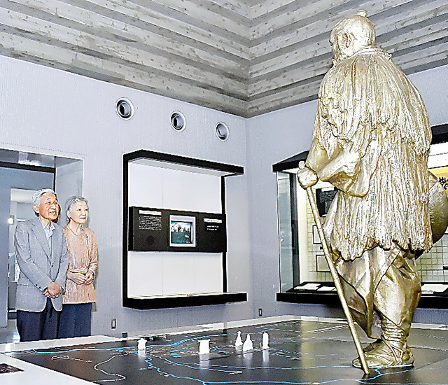 田中正造像を見る天皇、皇后両陛下(現上皇ご夫妻)=2014年5月21日