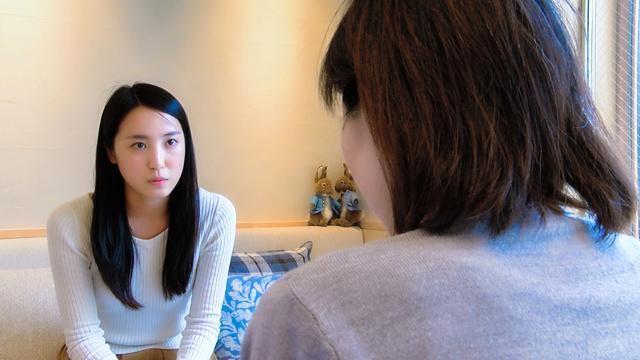 俳優の鳴神綾香さん(左)が専門家やがん経験者に話を聴き、がんについて学んでいく(C)2018 uehara-shouten