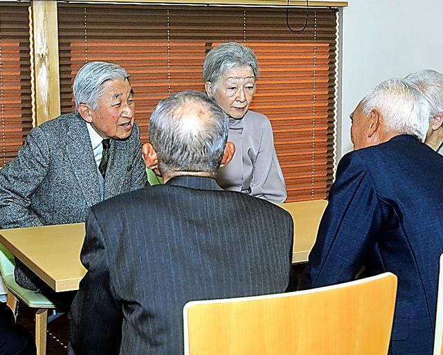 旧満州からの引き揚げ者と懇談する天皇、皇后両陛下(現上皇ご夫妻)=2016年11月17日