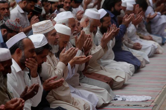 ラマダンに入ったパキスタンの北西部ペシャワルのイスラム礼拝所(モスク)で6日、祈りを捧げるイスラム教徒=AP