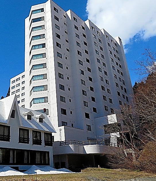 滞納解消に向かっているシェスタ苗場。左は別の宿泊施設=新潟県湯沢町、4月、松浦新撮影