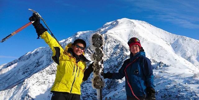 積雪期の南アルプス縦走をした高井野乃子さん(右)。後方は聖岳=2019年3月1日午前7時56分、南アルプス聖岳付近、高井さん提供