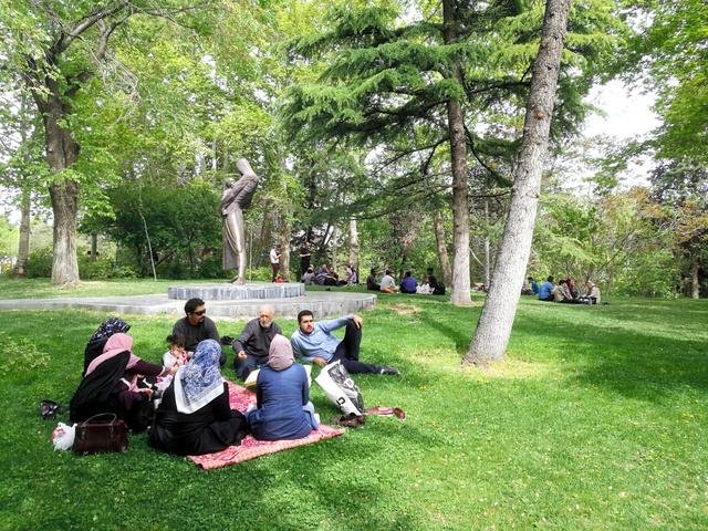 テヘラン市内の公園で、ピクニックをしてくつろぐ人たち=3日、杉崎慎弥撮影