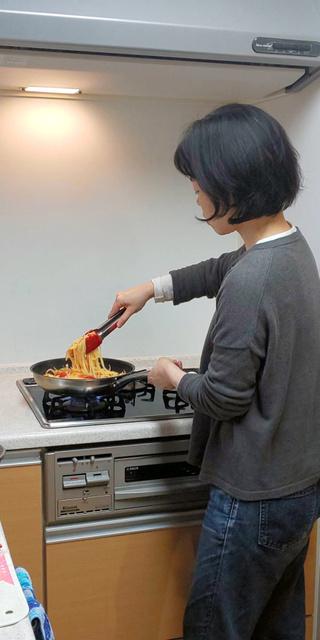 料理をする谷口順子さん(2019年4月、本人提供)