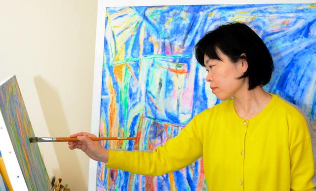 絵を描く谷口順子さん=4月、大阪市内