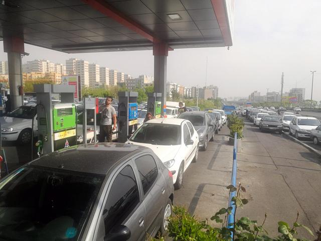 ガソリン価格値上げの報道を受けて、テヘラン市内のガソリンスタンドには長蛇の列ができた。中には2時間以上並んだ人もいた=2019年5月1日、杉崎慎弥撮影
