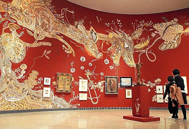 浅井裕介の大作に包まれる「いのちの木」の展示室