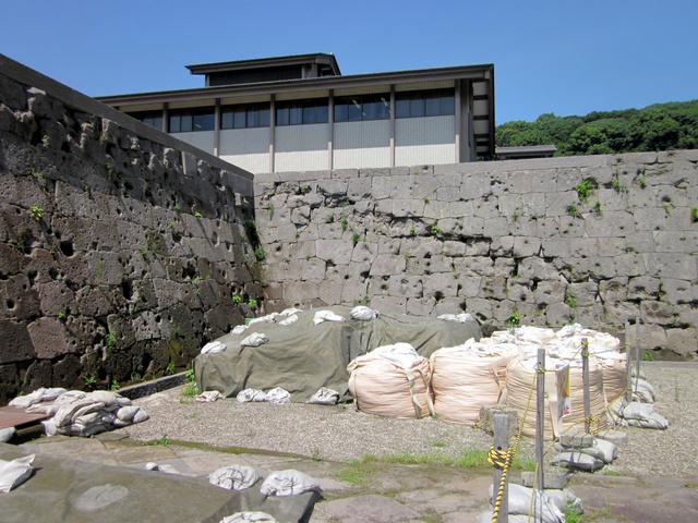 西南戦争の舞台となった鶴丸城の石垣には、いまも弾痕が生々しく残る=鹿児島市