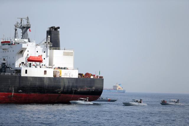 アラブ首長国連邦(UAE)フジャイラの沖合で13日、UAE海軍と並ぶサウジアラビアの石油タンカー=ロイター