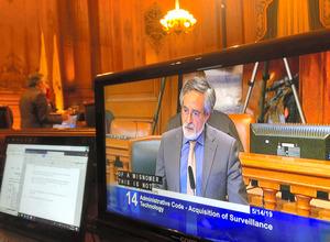 サンフランシスコ市で14日、公共機関による顔認証技術の使用を禁じる条例案に賛成する市議の一人=ロイター