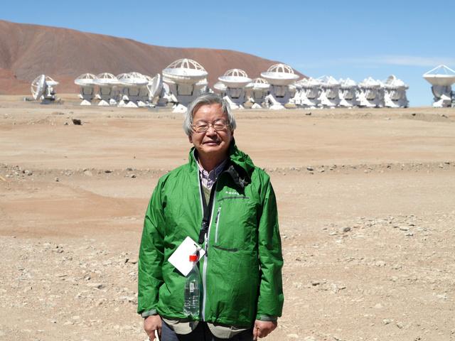 アルマ望遠鏡の開所式に訪れた海部宣男さん=2013年3月14日、チリのアタカマ砂漠、高橋真理子撮影