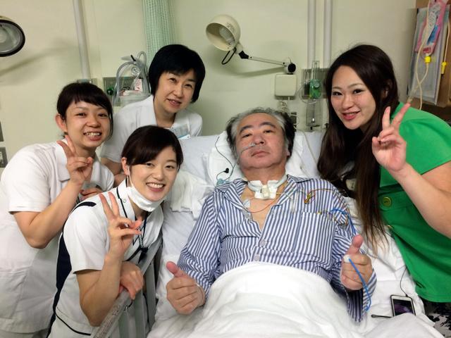 入院から2カ月後、リハビリ病院に移る前の谷口さん(右から2番目・2016年6月、本人提供)
