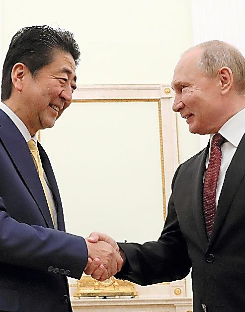 首脳会談の冒頭、ロシアのプーチン大統領(右)と握手する安倍首相=1月22日、モスクワのクレムリン