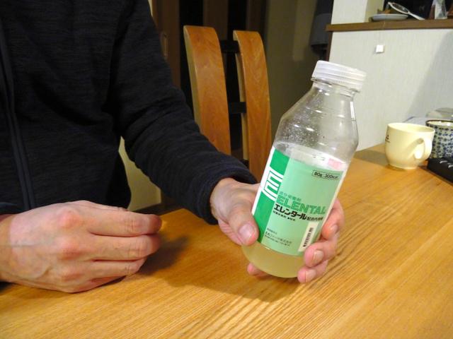 「クローン病」編の男性が、食事で足りないエネルギーを補給する成分栄養剤