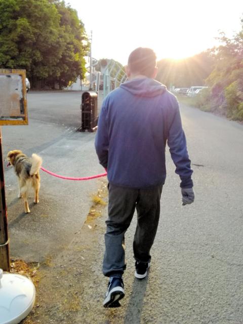 夫は毎日、リハビリを兼ねて愛犬と散歩する(5月、筒井真理さん提供)
