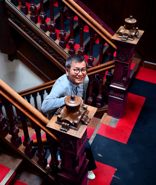 クラブ事務所入り口から社長室に続く階段は、チームカラーの赤と黒になっている=2019年5月8日正午、札幌市西区、白井伸洋撮影