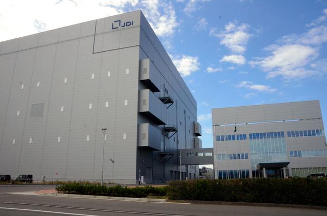 スマートフォン向け液晶パネルをつくるジャパンディスプレイ(JDI)の白山工場。稼働率が低迷しており、2019年3月期決算で減損処理に踏み切った=石川県白山市