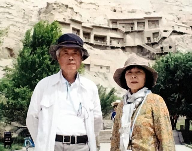 中国にあるシルクロードのキジル千仏洞を訪れた桐原さん夫妻(2018年6月、桐原さん提供)