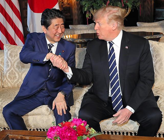 首脳会談で、トランプ米大統領(右)と握手する安倍晋三首相=2018年4月、米フロリダ州パームビーチの「マール・ア・ラーゴ」、岩下毅撮影