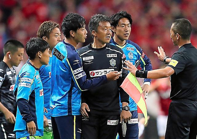 前半、審判に抗議する湘南の選手、スタッフたち=日刊スポーツ