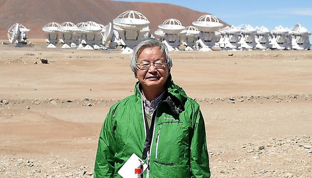 アルマ望遠鏡の開所式に訪れた海部宣男さん=2013年、チリのアタカマ砂漠、高橋真理子撮影
