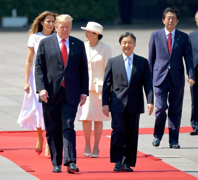 国賓としての歓迎行事に臨むトランプ米大統領と天皇陛下、メラニア夫人と皇后さま。右奥は安倍晋三首相=2019年5月27日午前9時27分、皇居・東庭、代表撮影