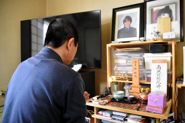 田中裕也さんの位牌(いはい)に手を合わせる父親=2019年5月28日、堺市、遠藤隆史撮影