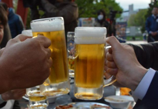 ビールで乾杯。暑くなるこれからの季節、こんなシーンも増えます(本文の内容とは無関係です)