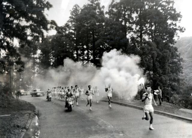 1964年の東京五輪でも、聖火リレーは箱根を走った