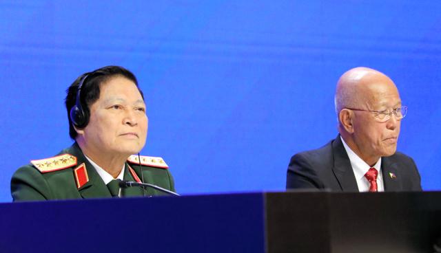アジア安全保障会議(シャングリラ・ダイアローグ)で演説に臨むベトナムのリック国防相(左)とフィリピンのロレンザーナ国防相=2019年6月2日、シンガポール、野上英文撮影
